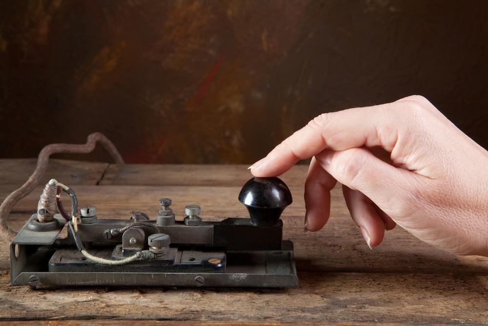 Antika bir telgrafta mors koduna dokunan el