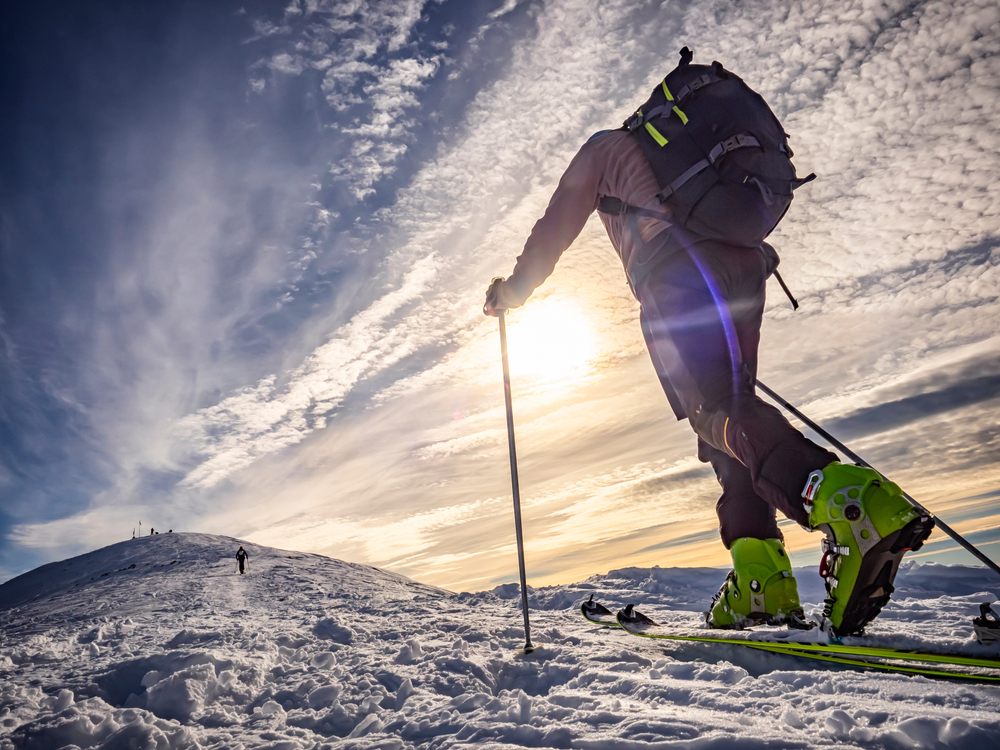 Dağcılığı Kim Keşfetti ? Alp Dağları'na doğru tırmanışa geçen bir dağcı. Özellikle kış şartlarında tırmanmak. Özellikle kış aylarında tırmanma işlemi oldukça zorlayıcıdır..