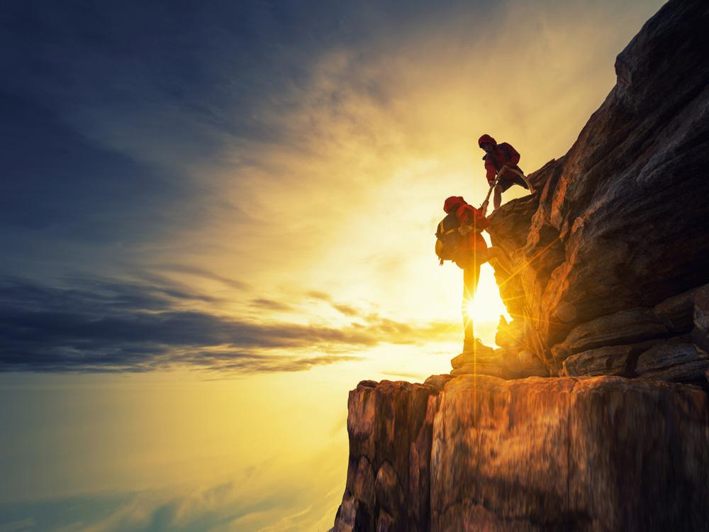 Dağcılık Sporunu Kim Buldu ? Güneş ışığıyla beraber tırmanma eylemine geçen dağcılar. Üstelik müthiş bir manzara eşliğinde..