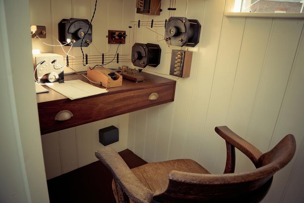 Elektromıknatıslı Telgraf Ne Zaman İcat Edildi: Portsmouth Tarihi Tersane Müzesi, İngiltere cephesinde süren Birinci Dünya Savaşı'ndaki HMS M33 Kraliyet Donanması savaş gemisinde eski masanın üzerindeki mors anahtar telgrafı..
