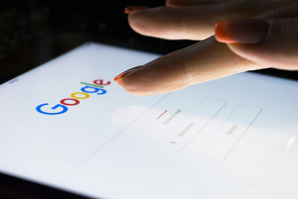 Google'ı Kim Buldu? Google arama motorunda arama yapmak için bir kadın eli Pad Pro ekranına dokunuyor. Arama motorları günümüzde oldukça ilgi çekicidir; özellikle Google en popüler İnternet arama motorudur..