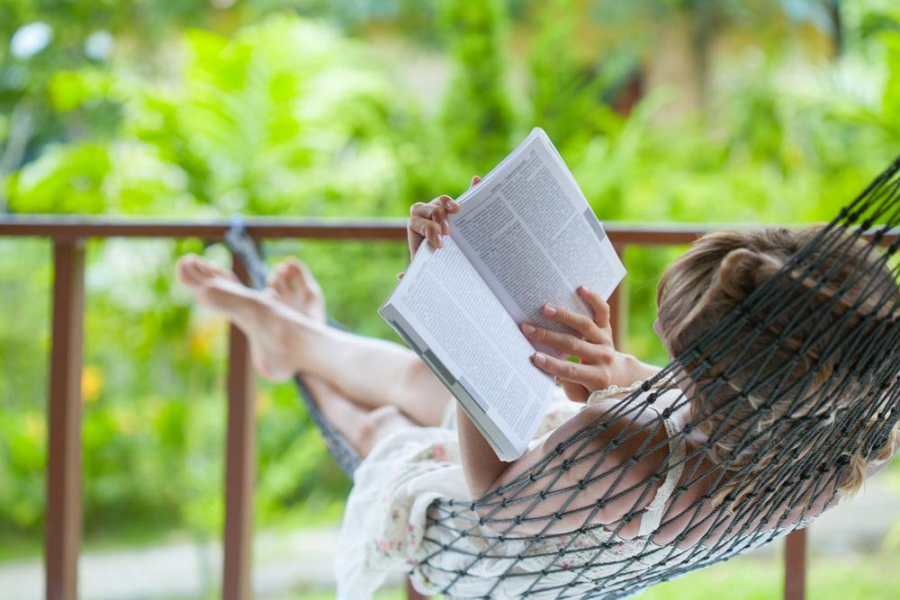 Hamağı Kim Buldu ? Hamakta kitap okuyan bir hanımefendi görünüyor..