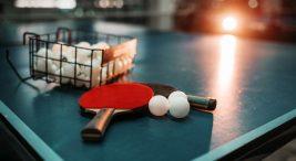 Masa Tenisini Kim İcat Etti ? Yine masa üzerinde duran toplar ve raketler. Lakin bu sefer top sepeti de var..