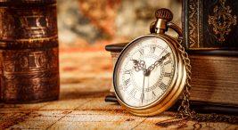 Saati Kim Buldu ? Eski kitapların önünde duran bir saat görüntüsü. Lakin antika saatte diyebiliriz..