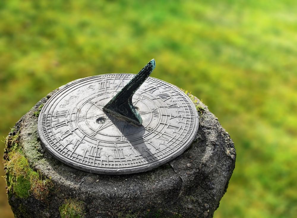 Saati Kim İcat Etti ? Bir bahçedeki eski bir güneş saati. Başka bir deyişle tarihten buram buram esintiler sunan saat..